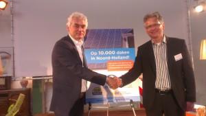 Willem Smelik en Robert Waltman schudden elkaar de hand.